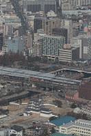 再建された尼崎城の天守。奥は阪神電車の尼崎駅=兵庫県尼崎市で2018年11月30日午前10時半、本社ヘリから小出洋平撮影
