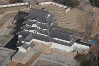 再建された尼崎城の天守=兵庫県尼崎市で2018年11月30日午前10時26分、本社ヘリから小出洋平撮影