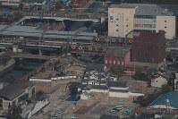再建された尼崎城の天守。左上は阪神電車の尼崎駅=兵庫県尼崎市で2018年11月30日午前10時34分、本社ヘリから小出洋平撮影