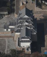 再建された尼崎城の天守=兵庫県尼崎市で2018年11月30日午前10時28分、本社ヘリから小出洋平撮影