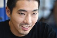 「若松孝二監督は役者にものすごく気を使ってくれました。撮影中も、そうでない時も優しい良い人でしたよ」と振り返る柄本佑さん=丸山博撮影
