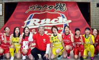 応援旗の前で記念撮影に応じる丸岡RUCKの選手ら=福井県坂井市役所で、塚本恒撮影