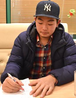 プリントの問題を解く三山篤郎投手