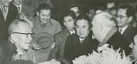 日ソ国交回復交渉のためモスクワ空港に到着した(左から)鳩山一郎首相、若宮小太郎首相秘書官、1人挟んで河野一郎農相と出迎えのソ連・ブルガーニン首相=1956年10月12日(私家版「若宮小太郎二つの日記」より)