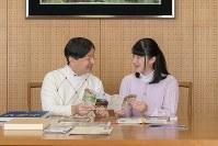 修学旅行の思い出を語り合われる皇太子さまと愛子さま=東宮御所で2018年11月25日、宮内庁提供