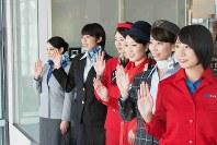 ANAの歴代地上職制服を着用して、ロンドン行きのANA211便を見送るスタッフたち=東京都大田区の羽田空港で2018年12月1日、米田堅持撮影
