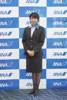 ANA地上職の6代目制服(2005年5月1日~15年1月31日・デザイナーは田山淳朗)=東京都大田区の羽田空港で2018年12月1日、米田堅持撮影
