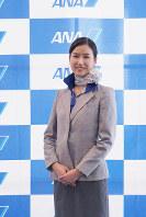 ANA地上職の7代目制服(2015年2月1日~現在・デザイナーはブラバル・グルン)=東京都大田区の羽田空港で2018年12月1日、米田堅持撮影