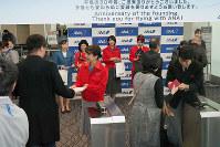 ANAの歴代地上職制服を着用したイベントに参加したスタッフたち=東京都大田区の羽田空港で2018年12月1日、米田堅持撮影
