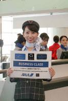ANAの地上職5代目制服を着用して案内をするスタッフ=東京都大田区の羽田空港で2018年12月1日、米田堅持撮影