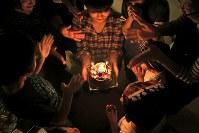 子どもの誕生日を一緒に祝うシングルマザー向けシェアハウス「マナハウス」の家族たち。運営会社社長の山中真奈さん(中央奥)は「ここにいる間は楽しい思い出を一つでも多く作ってほしい」と話す=東京都世田谷区で2018年10月、和田大典撮影