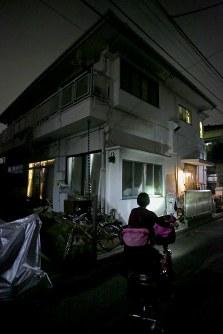 仕事を終えてマナハウスに帰宅する母親=東京都世田谷区で2018年10月、和田大典撮影