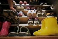 玄関にある入居者の靴箱=東京都世田谷区で2018年10月、和田大典撮影