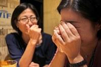 一緒に外食するマナハウスの母親たち。互いのこれまでの苦労を語り合いながら、涙をこらえきれなくなった女性は「夫とはいろいろあったが、子どもたちと父親はいい関係をつづけてほしい」=東京都港区で2018年10月、和田大典撮影