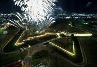 五稜郭がライトアップされ花火が打ち上げられた「五稜星の夢イルミネーション」=北海道函館市で2018年12月1日午後5時16分、貝塚太一撮影