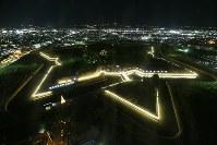 五稜郭がライトアップされた「五稜星の夢イルミネーション」=北海道函館市で2018年12月1日午後5時19分、貝塚太一撮影