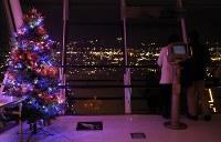五稜郭タワー展望台に置かれたツリー=北海道函館市で2018年12月1日午後5時57分、貝塚太一撮影