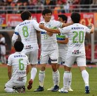 【名古屋―湘南】J1残留を決め、笑顔を見せる湘南の選手たち=パロマ瑞穂スタジアムで2018年12月1日、大西岳彦撮影