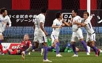 【札幌-広島】後半6分、同点のゴールを決め、喜ぶ広島の柴崎(右から2人目)=札幌ドームで2018年12月1日、竹内幹撮影