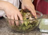 サニーレタスを食べやすい大きさでちぎってごま油を混ぜ合わせます=尾籠章裕撮影