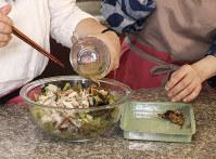 サニーレタスと塩サバを混ぜ、味付け。すりゴマ、ユズの皮を食わせて完成=尾籠章裕撮影