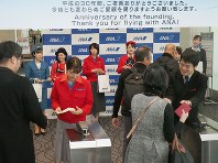 ANAの地上職2代目制服を着用して案内をするスタッフ=東京都大田区の羽田空港で2018年12月1日、米田堅持撮影