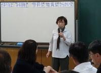 スクールセクハラ防止研修講座で教諭らを前に話す亀井代表(中央)=和歌山市で岡村恵子撮影