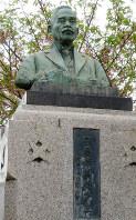 守屋荒美雄の故郷の小学校には、郷土の偉人として守屋の銅像が置かれている=帝国書院提供