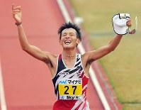 第72回福岡国際マラソンで1位でフィニッシュする服部勇馬=平和台陸上競技場で2018年12月2日、森園道子撮影