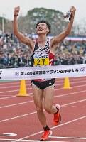 第72回福岡国際マラソンで1位でフィニッシュする服部勇馬=福岡市中央区の平和台陸上競技場で2018年12月2日午後2時17分、矢頭智剛撮影