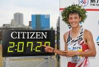 第72回福岡国際マラソンで優勝し記録を指さす服部勇馬=福岡市中央区の平和台陸上競技場で2018年12月2日午後2時23分、矢頭智剛撮影