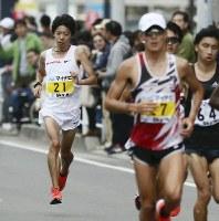 32キロ付近、先頭集団から遅れる設楽悠太(左)手前は優勝した服部勇馬=福岡市で2018年12月2日(代表撮影)