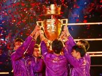 優勝トロフィーを掲げる中国の「ノヴァイースポーツ」=千葉市美浜区の幕張メッセで2018年12月1日午後7時5分、兵頭和行撮影