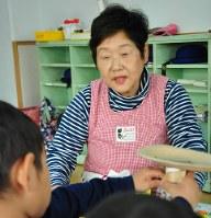 勤務先の幼稚園で子どもたちを見守る加藤とみ子さん=茨城県取手市で