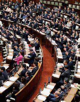 参院本会議で特定秘密保護法が可決・成立し、野党議員(手前)がぶぜんとする中、拍手する与党議員(奥)ら=2013年12月6日、森田剛史撮影