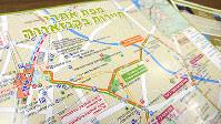 金沢の観光地や交通手段を紹介するヘブライ語版の地図=久木田照子撮影