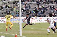 ゴールを決めるガイナーレ鳥取のDF西山雄介選手(中央)=鳥取市のとりぎんバードスタジアムで、阿部絢美撮影
