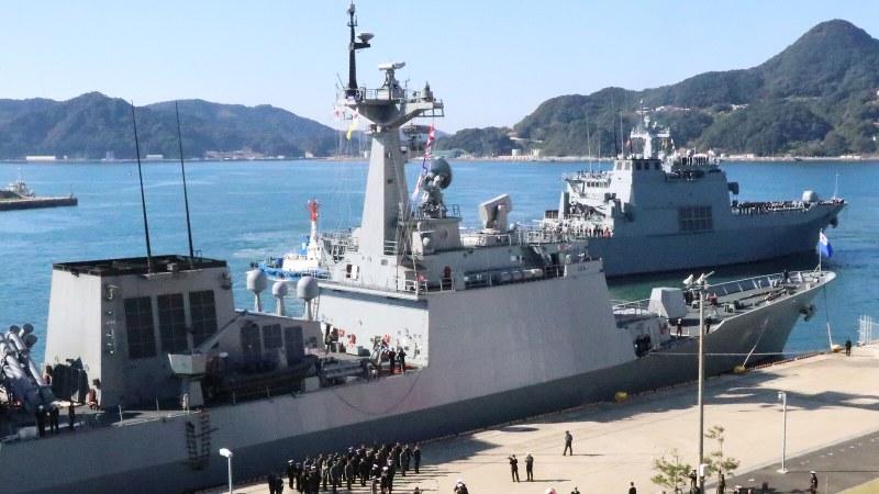 佐世保港に寄港した韓国海軍の艦艇=長崎県佐世保市で2018年11月5日、綿貫洋撮影