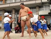 九州場所を前に、福岡県朝倉市立三奈木小で児童と相撲を取る玉鷲=吉見裕都撮影