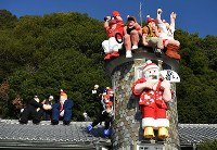 Dolls of people who were topics of public conversation in 2018, and all dressed as Santa Claus, are seen in Kobe's Chuo Ward, on Nov. 21, 2018. (Mainichi/Yusuke Komatsu)