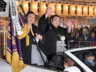 Komusubi Takakeisho, right, waves to fans during a parade after he won the Kyushu Grand Sumo Tournament for the first time, in Fukuoka's Hakata Ward, on Nov. 25, 2018. (Mainichi/Noriko Tokuno)