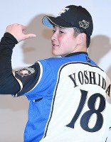 Pitcher Kosei Yoshida, newly signed to Nippon Professional Baseball's Hokkaido Nippon-Ham Fighters, shows his player number at a press conference at a hotel in Sapporo, on Nov. 23, 2018. (Mainichi/Kan Takeuchi)