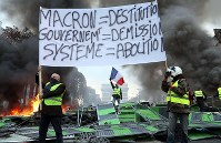 Demonstrators blockade the Champs-Elysees avenue in Paris and hold a banner protesting rising fuel taxes, on Nov. 24, 2018. (Mainichi/Kentaro Ikushima)