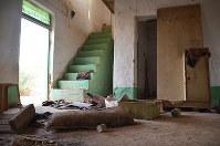 ノーベル平和賞に選ばれたナディアさんの家。ISが襲撃、破壊した日のままだった=イラク北西部コジョ村で2018年10月、玉村英子さん撮影