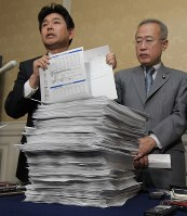 Opposition lawmakers field questions from reporters as they show hand-copied questionnaires of interviews conducted by the Justice Ministry of foreign trainees who went missing from their workplaces, on Dec. 3, 2018, at the Diet building. (Mainichi/Masahiro Kawada)