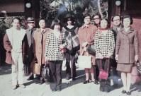 第1回の連詩で集まった『櫂』同人ら。(左から)谷川俊太郎さん、1人置いて大岡信、2人置いて茨木のり子、2人置いて川崎洋=1971年12月、京都市で中江俊夫さん撮影