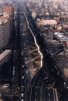<阪神大震災>1995年1月17日、兵庫県・淡路島北部を震源とするM7.3の地震が発生。神戸市などで震度7を記録。死者6434人、負傷者4万人以上、家屋の全半壊は24万棟以上に上った。写真は橋脚が折れめくりあげるように倒れた阪神高速道路=神戸市東灘区深江町で1995年1月17日撮影