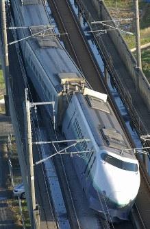 <新潟県中越地震>2004年10月23日、新潟県中越地方を震源とするM6.8の地震が発生。68人が死亡し、約4800人が負傷。住宅の全半壊は1万6000棟以上。山間部の道路が各地で損壊し、多くの集落が一時孤立した。写真は脱線した新幹線=新潟県長岡市で2004年10月24日午前7時13分、佐々木順一撮影