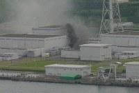 <新潟県中越沖地震>2007年7月16日、新潟県中越沖を震源とするM6.8の地震。死者15人、負傷者約2300人。住宅の全半壊7000棟以上。写真は黒煙をあげる東京電力柏崎刈羽原発=2007年7月16日午前10時20分ごろ、海上保安庁ヘリから(第9管区海上保安本部提供)
