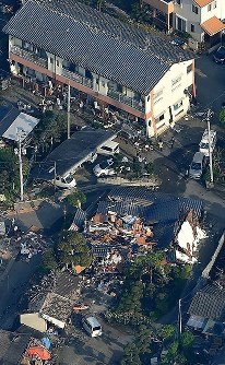 <熊本地震>2016年4月14日、熊本地方を震源とするM6.5の地震。16日にM7.3の地震が起き、これが本震とされた。240人以上が死亡、2700人以上が負傷。4万棟以上の住宅が全半壊した。写真は強い揺れで1階部分が傾いたり、倒壊した家屋=熊本県益城町で2016年4月15日午前7時21分、本社ヘリから矢頭智剛撮影